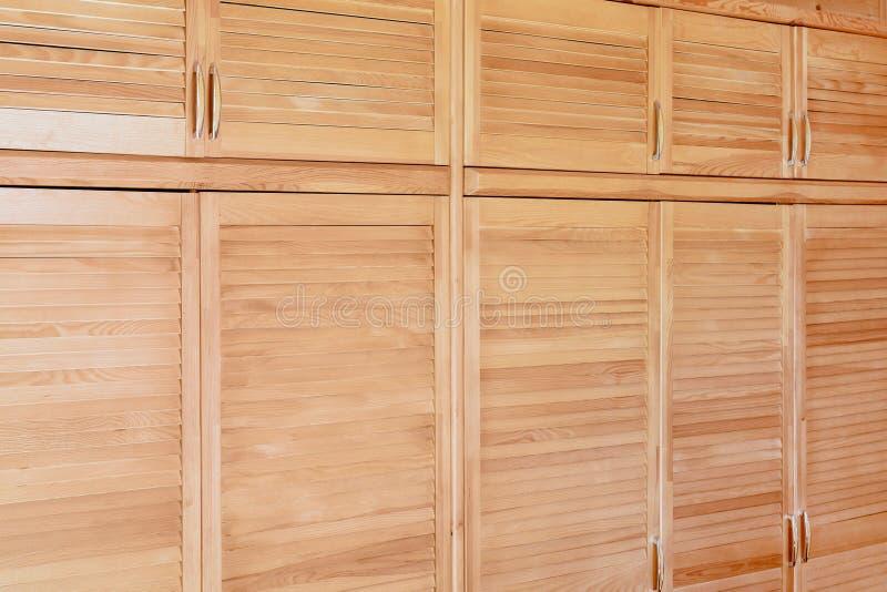 Nowożytny drewniany gabinet w klasycznym wieśniaka stylu Szczegóły garderoby skrzynka z żaluzją zaszalują drzwi Dom na wsi wnętrz fotografia royalty free