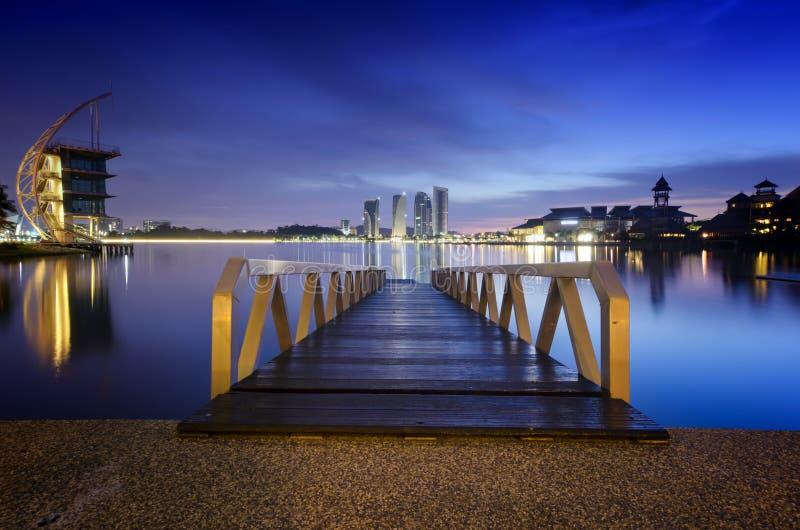 Nowożytny drewniany jetty blisko brzeg jeziora podczas błękitnego godzina wizerunku przy Putrajaya, Malezja zdjęcia stock