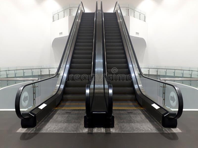 Nowożytny dwoisty eskalatoru schody w centrum handlowym prowadzi w górę obraz stock