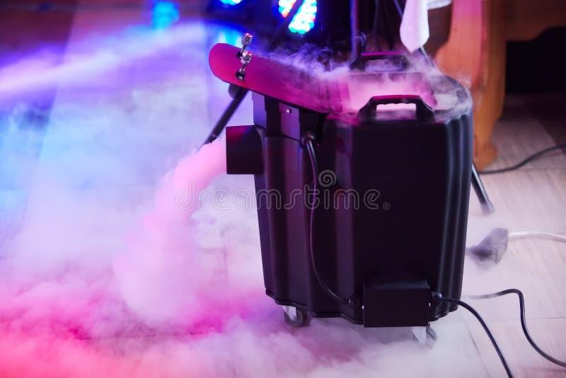 Nowożytny dymu, mgły suchego lodu przyrząd w akcji/ zdjęcia stock