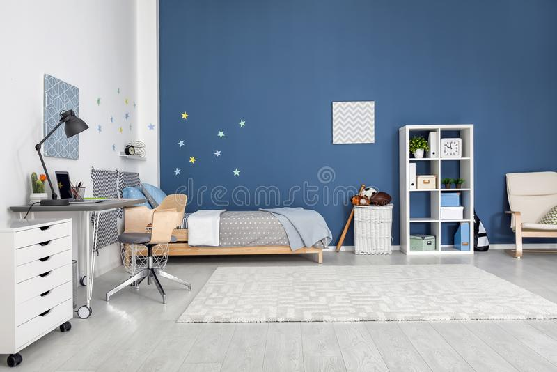 Nowożytny dziecko pokoju wnętrze z wygodnym łóżkiem obraz royalty free