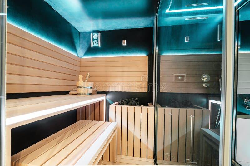 Nowożytny Fiński sauna z neonowymi światłami Piękny wnętrze dom f zdjęcia royalty free