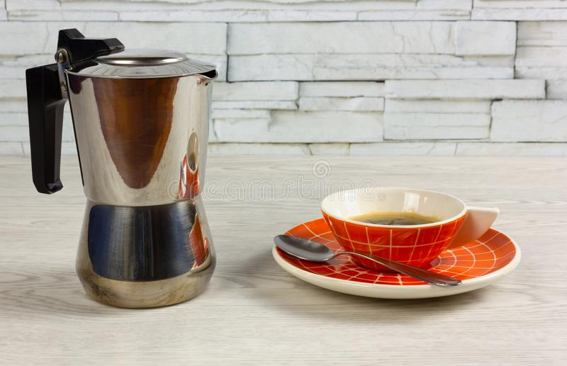 Nowożytny filiżanka kawy i Kawowy producent na Drewnianym stole zdjęcie royalty free