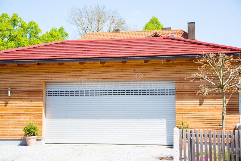 Nowożytny garaż, biel, drewniany powlekanie obrazy royalty free