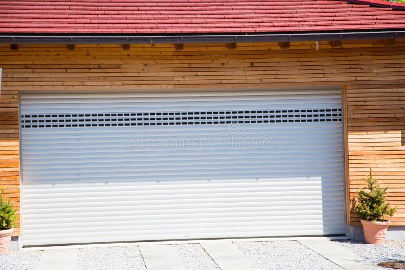 Nowożytny garaż, biel, drewniany powlekanie fotografia royalty free
