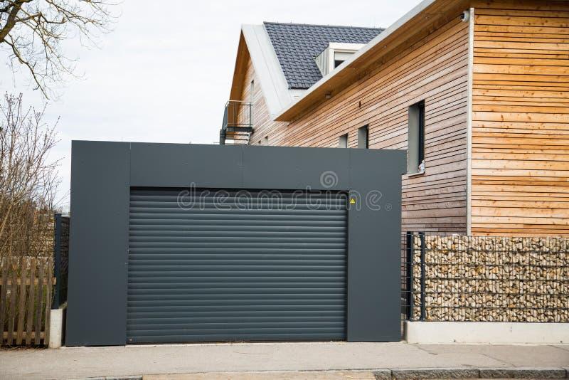 Nowożytny garażu drzwi w czerni, szarość/ obrazy stock