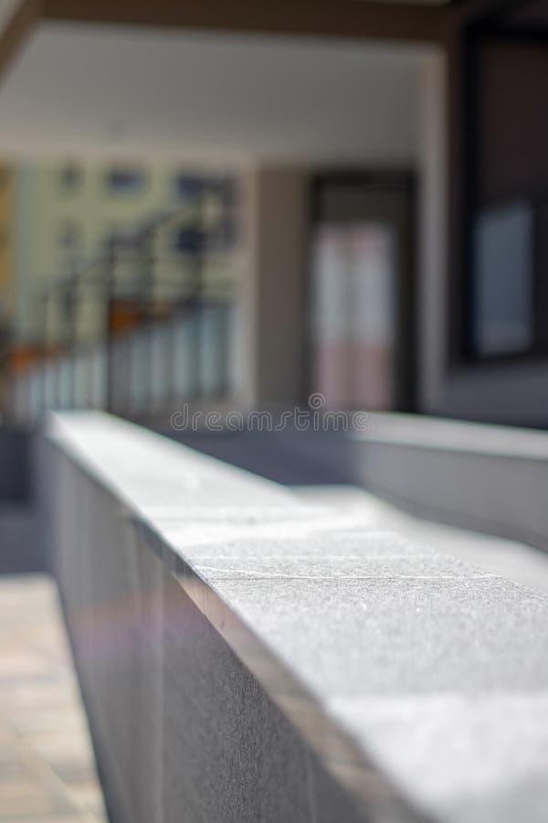 Nowożytny granitu ogrodzenie z hotelowym wejściem w backgorund obraz royalty free