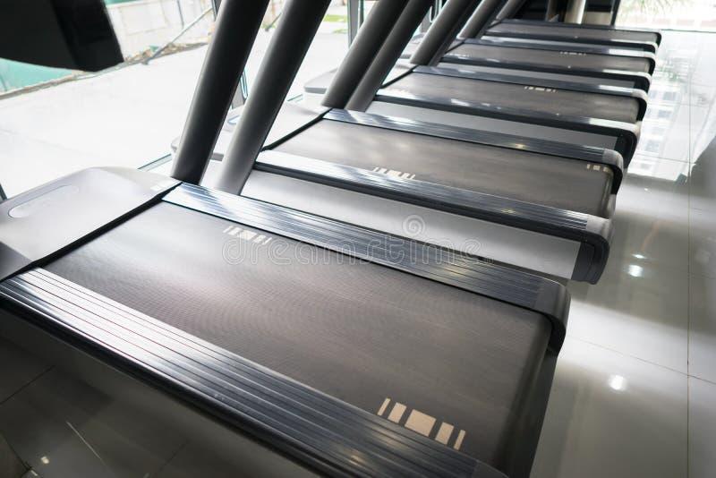 Nowożytny gym wnętrze z wyposażeniem Sprawność fizyczna klub biega części zbliżenie z rzędem karuzele fotografia royalty free