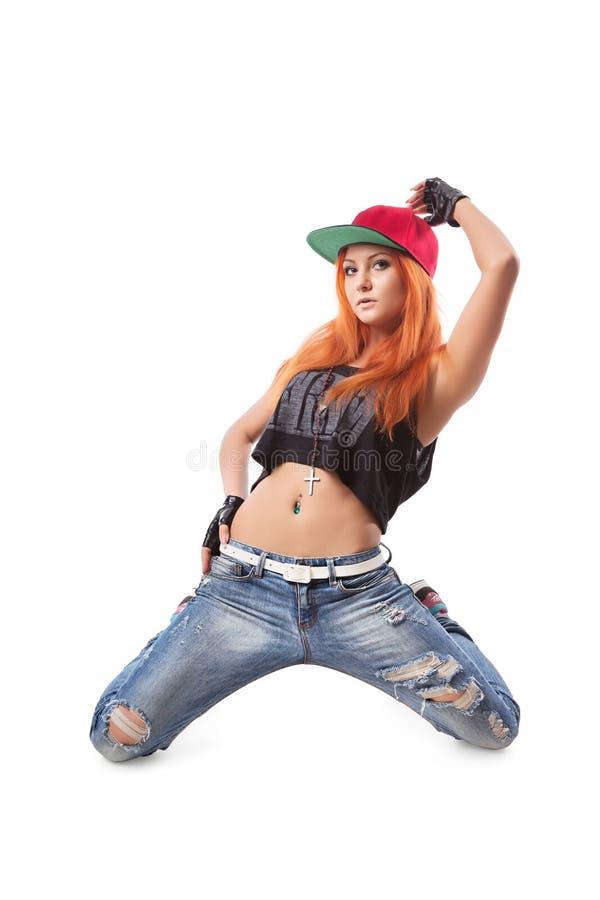 Nowożytny Hip-hop dziewczyny klęczenie na odosobnionym tle obrazy royalty free