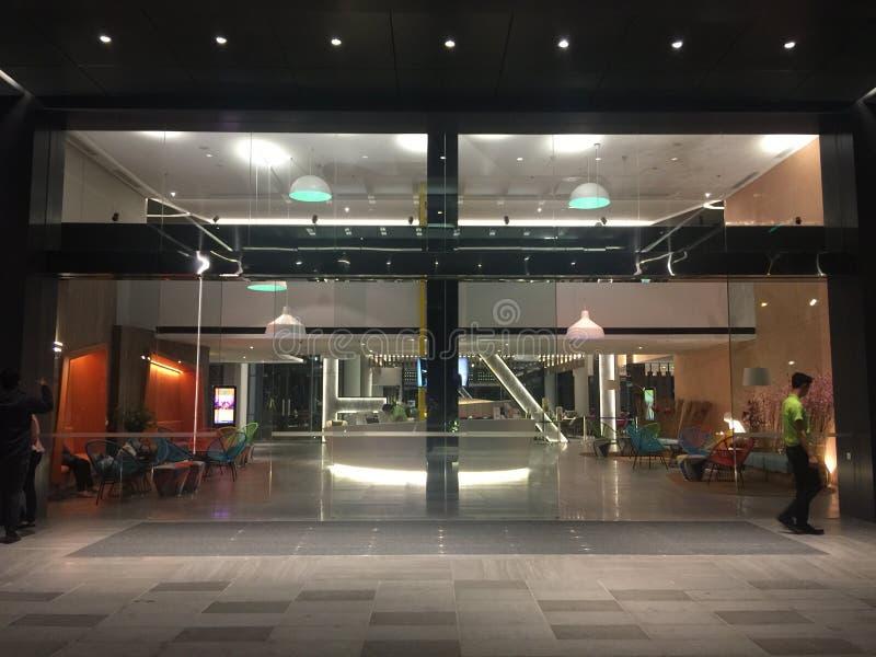 Nowożytny hotelu lobby przy nocą zdjęcie royalty free