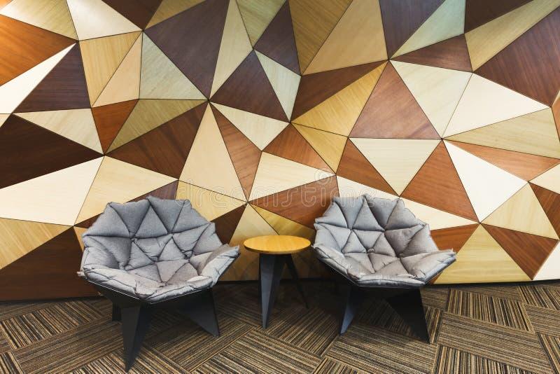 Nowożytny hotelu lobby z abstrakcjonistyczną drewnianą ścianą zdjęcia royalty free