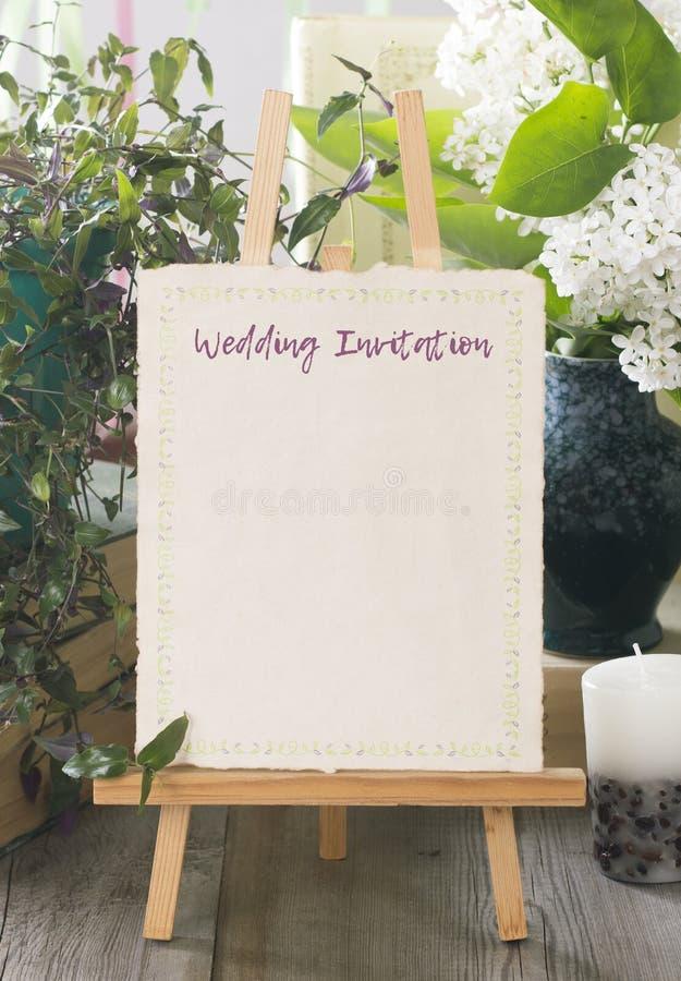 Nowożytny i czysty ślubny zaproszenie karty szablon z bukietem f zdjęcie stock