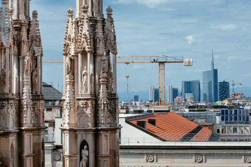 Nowożytny i Historyczny: Porta Nuova i Duomo iglicy fotografia stock