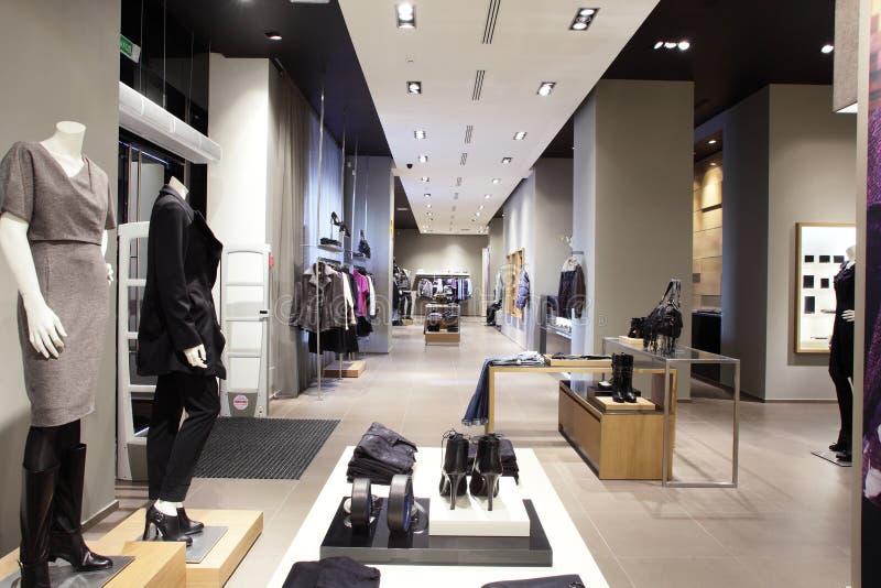 Nowożytny i moda ubrań sklep zdjęcia royalty free