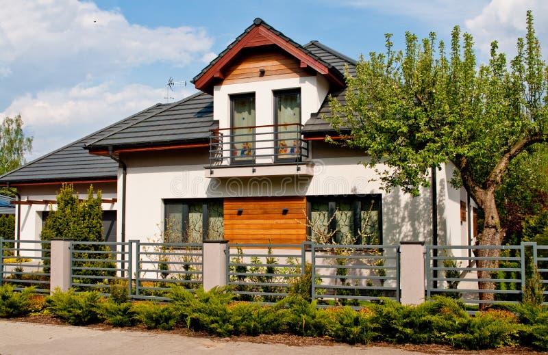 Nowożytny intymny dom z horyzontalnymi barami siwieje stali ogrodzenie zdjęcia royalty free