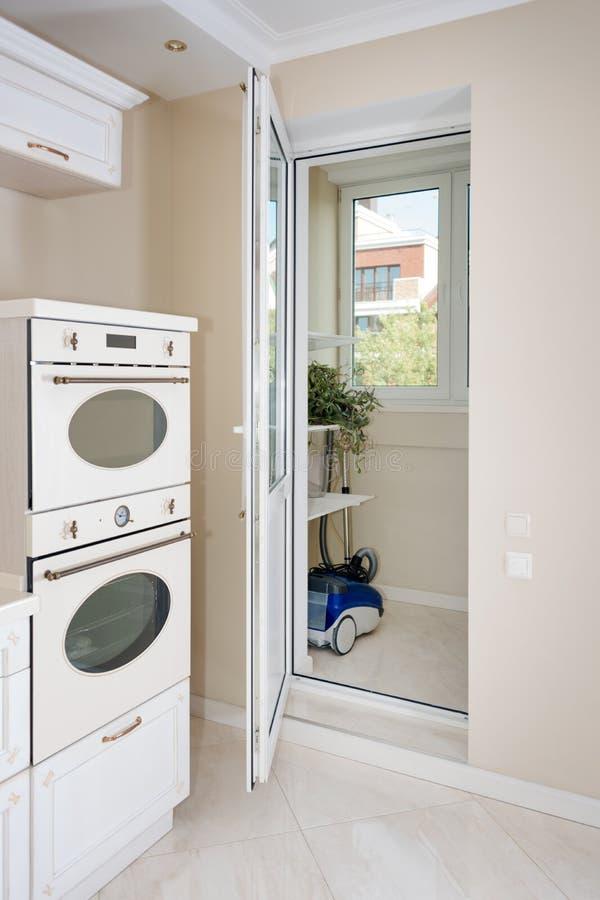 Nowożytny, jaskrawy, czysty kuchenny wnętrze w luksusowym domu, Wewnętrzny projekt z klasyka lub rocznika elementami praktyczny zdjęcia stock