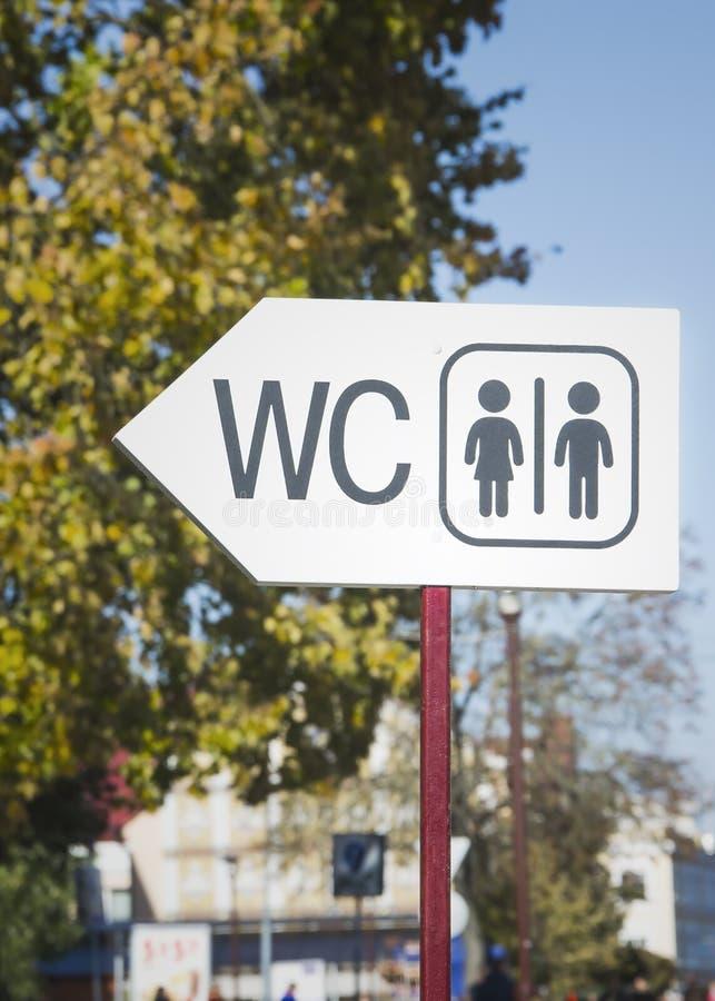 Nowożytny jawnej toalety znak na ulicie zdjęcie royalty free