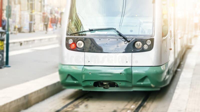 Nowożytny jawny tramwaj widzieć od przodu obrazy royalty free