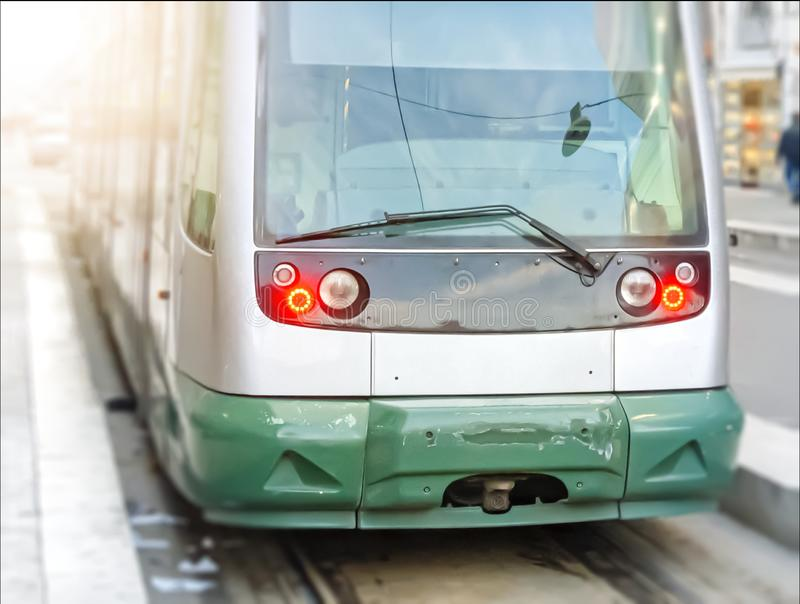 Nowożytny jawny tramwaj widzieć od przodu obrazy stock