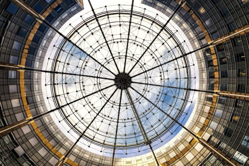 Nowożytny kółkowy abstrakcjonistyczny budynek fotografia stock