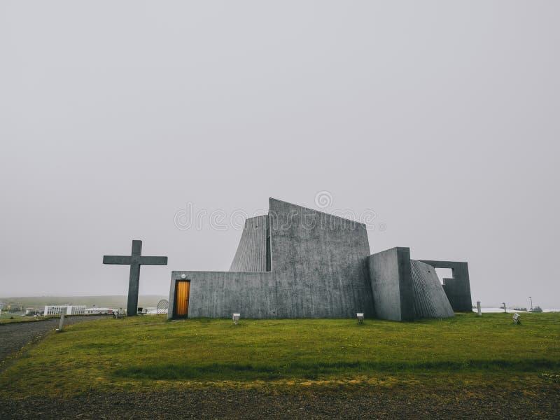 Nowożytny kościół, betonowa budowa z wielkim krzyżem, nowy farny kościół, Bloendus, zdjęcie royalty free