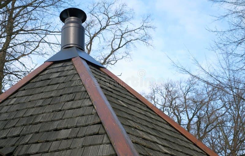 Nowożytny komin na goncianym drewnianym dachu dom zdjęcie stock