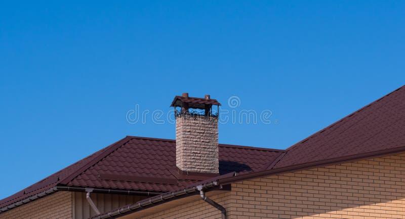 Nowożytny komin pod jasnym niebieskim niebem zdjęcie stock