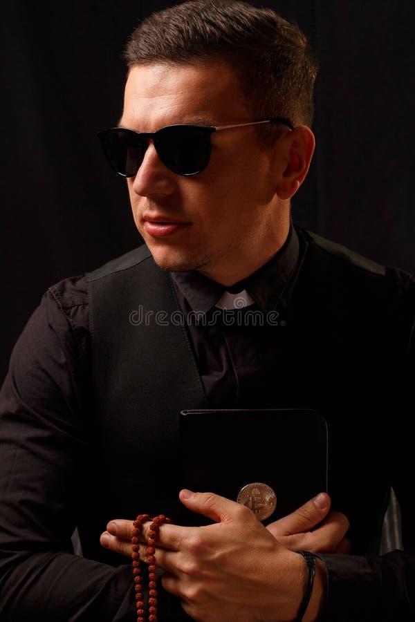 Nowożytny księdza mienie i crypto biblia z bitcoin logem zdjęcia royalty free