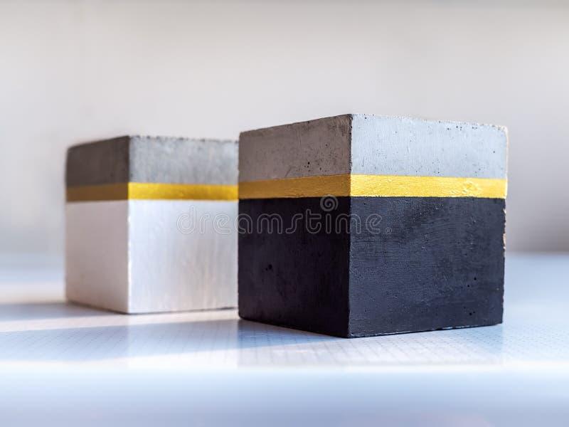 Nowożytny kubiczny betonowy plantator Malujący betonowy garnek dla domowej dekoracji zdjęcie royalty free