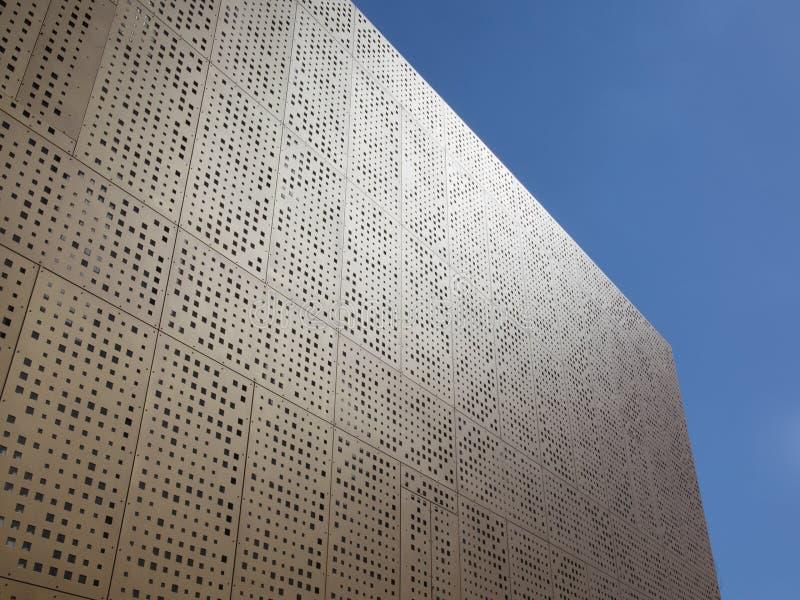 Nowożytny kubiczny budynek w niebieskim niebie zdjęcia royalty free