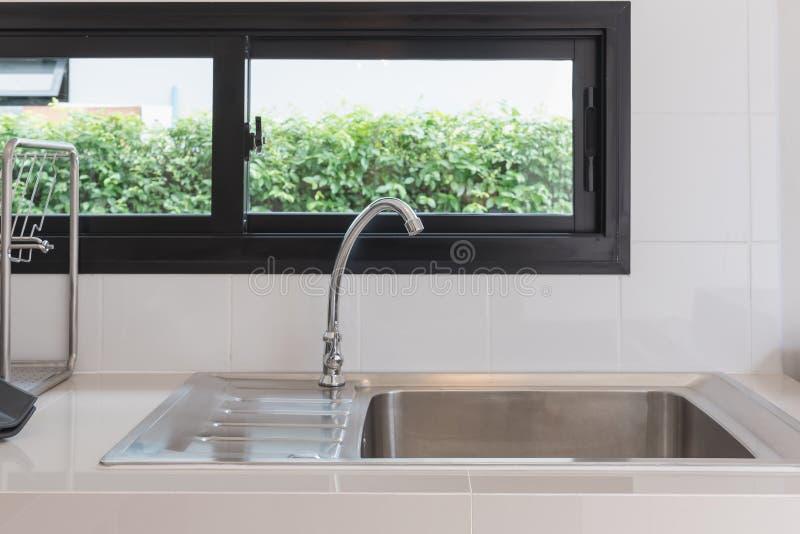 nowożytny kuchenny izbowy projekt z faucet i zlew fotografia royalty free