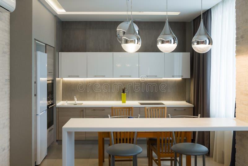 Nowożytny kuchenny wnętrze w nowym luksusu domu, mieszkanie obraz stock