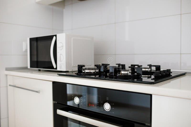 Nowożytny kuchenny wnętrze z elektrycznego i mikrofali piekarnikiem zdjęcie stock