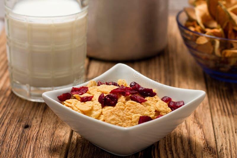 Nowożytny kwadratowy puchar z cornflakes przed szkłem mleko fotografia stock