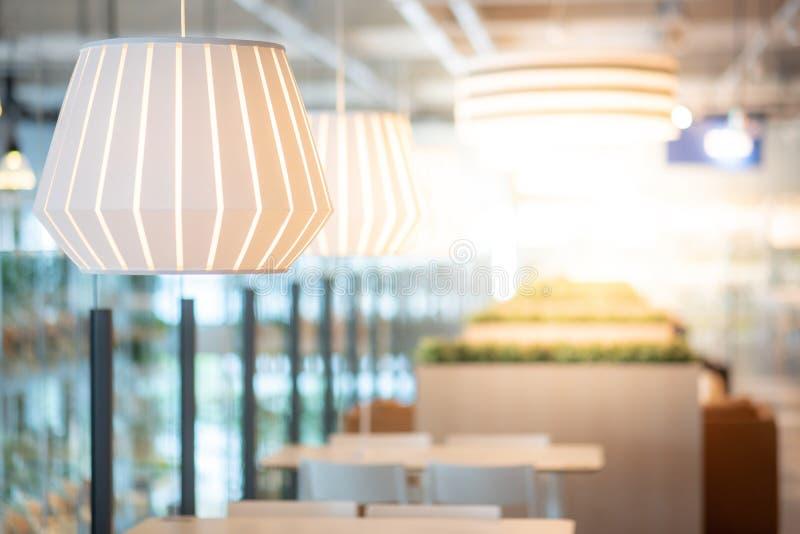 Nowożytny lampowy obwieszenie w cukiernianym wewnętrznym tle obrazy stock