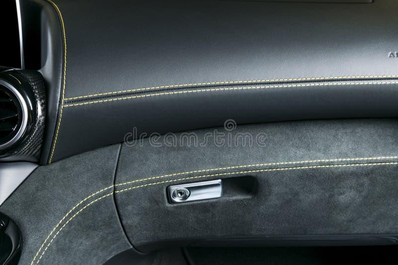 Nowożytny Luksusowy samochód inside Wnętrze prestiżu nowożytny samochód A/C wentylacja Czerń dziurkowaty rzemienny kokpit z kolor obrazy stock
