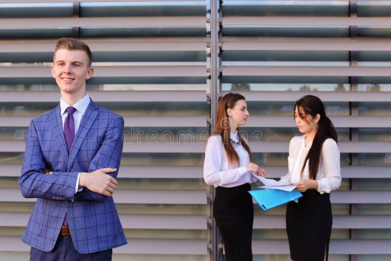Nowożytny młody męski faceta biznesmen, uczeń w przedpolu wewnątrz fotografia royalty free