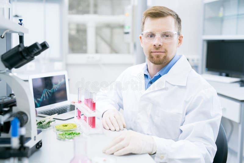 Nowożytny Młody naukowiec w laboratorium obrazy royalty free