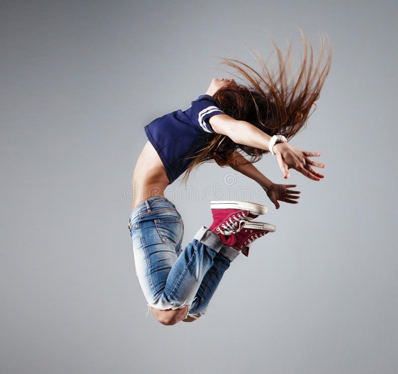 Nowożytny młody piękny tancerz pozuje na pracownianym tle fotografia royalty free
