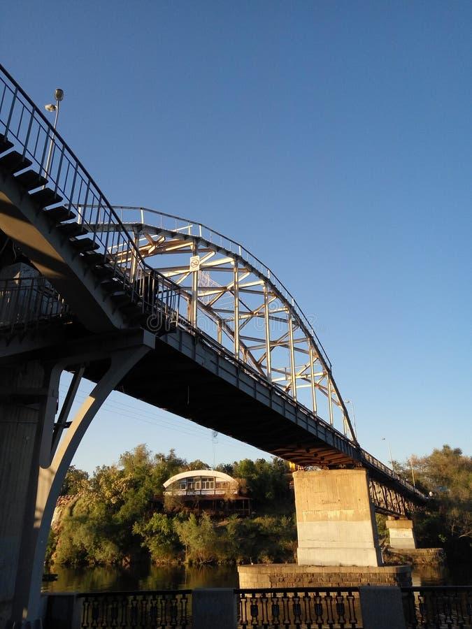 Nowożytny metalu most na rzece fotografia royalty free