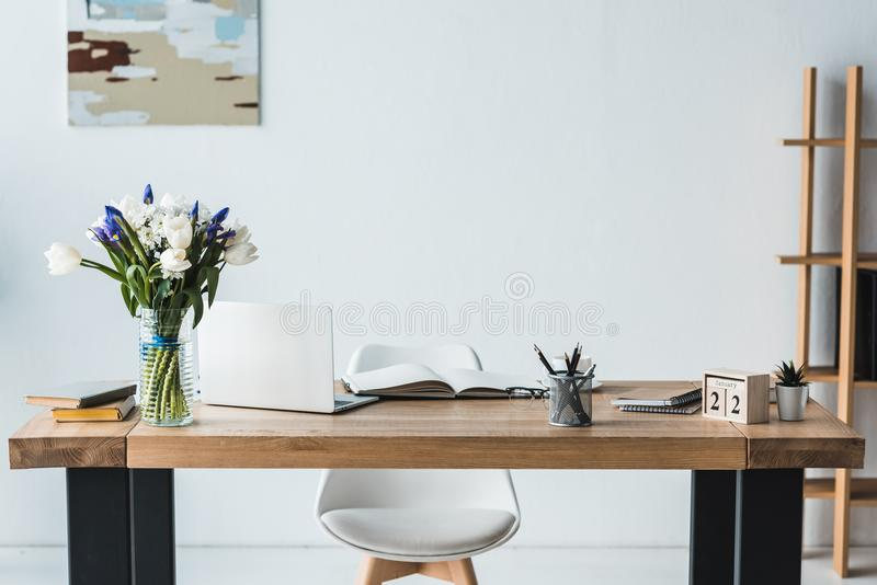 Nowożytny miejsce pracy z laptopem na drewnianym stole obrazy royalty free