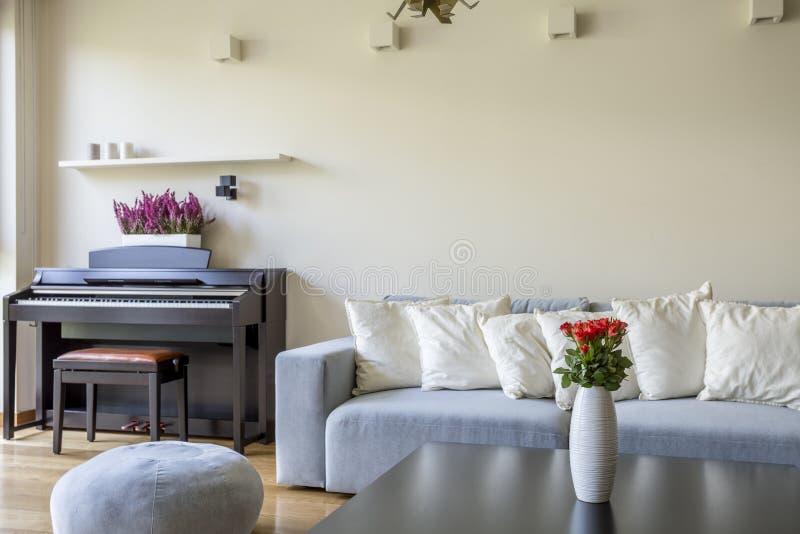 Nowożytny mieszkanie z pianinem obrazy stock