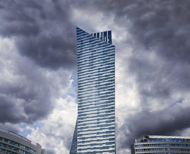 Nowożytny mieszkaniowy drapacz chmur przy burzowym niebem obraz royalty free