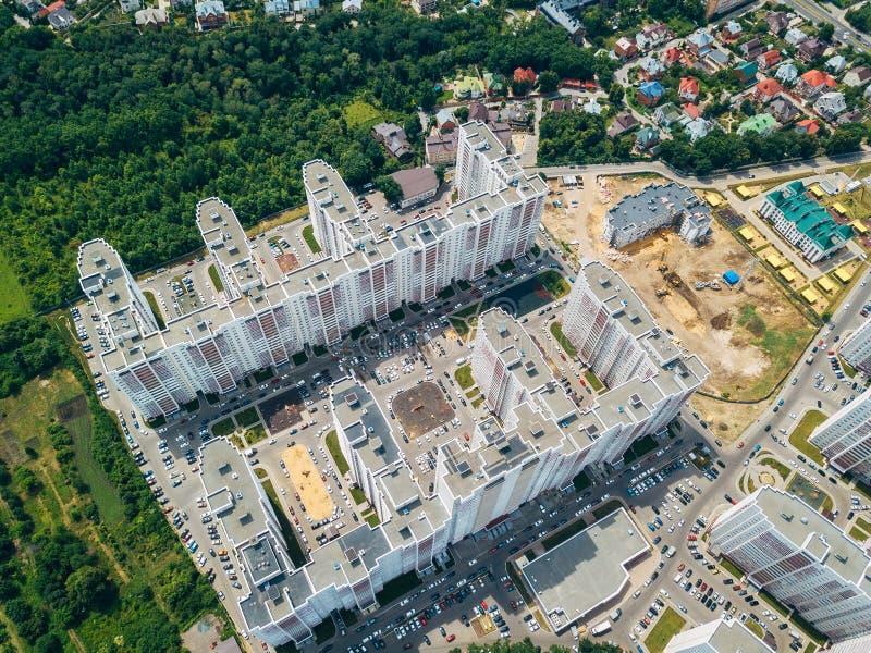 Nowożytny mieszkaniowy kompleks z parking w Voronezh, odgórny widok zdjęcia stock
