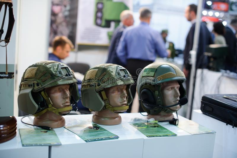 Nowożytny militarny taktyczny Kevlar hełm przy wystawą produkcja Ukraina fotografia stock
