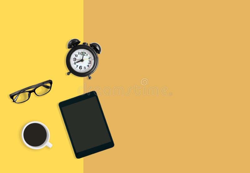 Nowożytny ministerstwa spraw wewnętrznych miejsca pracy pojęcie, budzik, kawa, eyeglasses i pastylka koloru żółtego tło, royalty ilustracja