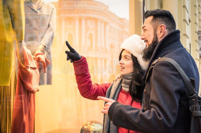 Nowożytny modniś pary zakupy na zimy mody sukiennym wskazuje sto obraz stock