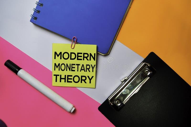 Nowożytny Monetarny teoria tekst na kleistych notatkach z koloru biurowego biurka pojęciem zdjęcie royalty free