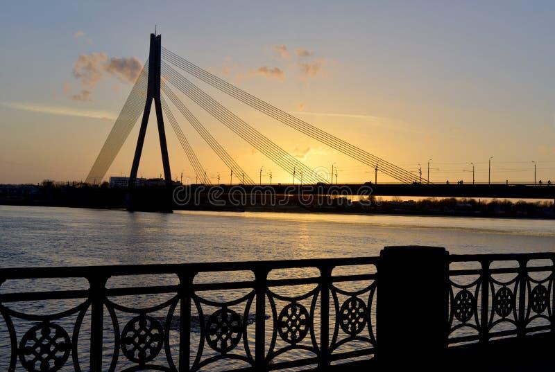 Nowożytny most przy zmierzchem obrazy royalty free