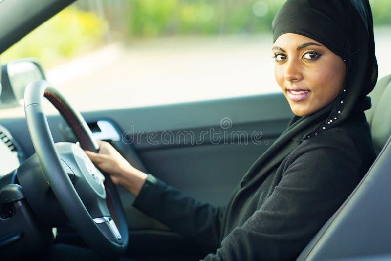 Nowożytny muzułmański kobieta samochód fotografia stock